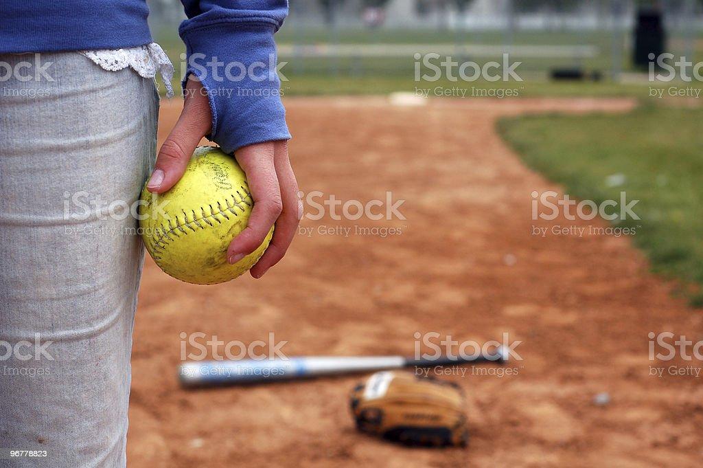 10 代の少女と彼女のソフトボール、グローブ、バット ストックフォト