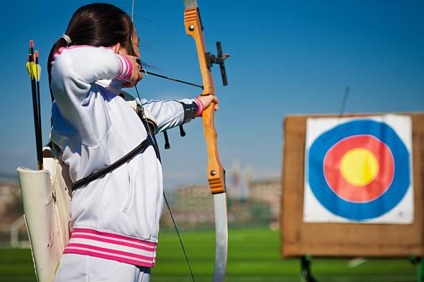 Teenager Mädchen archer Zielen im target – Foto