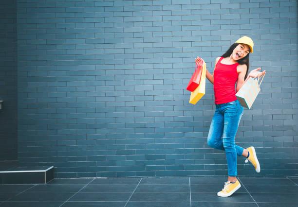 teenager-mädchen tragen einkaufstaschen - freitag der 13 stock-fotos und bilder