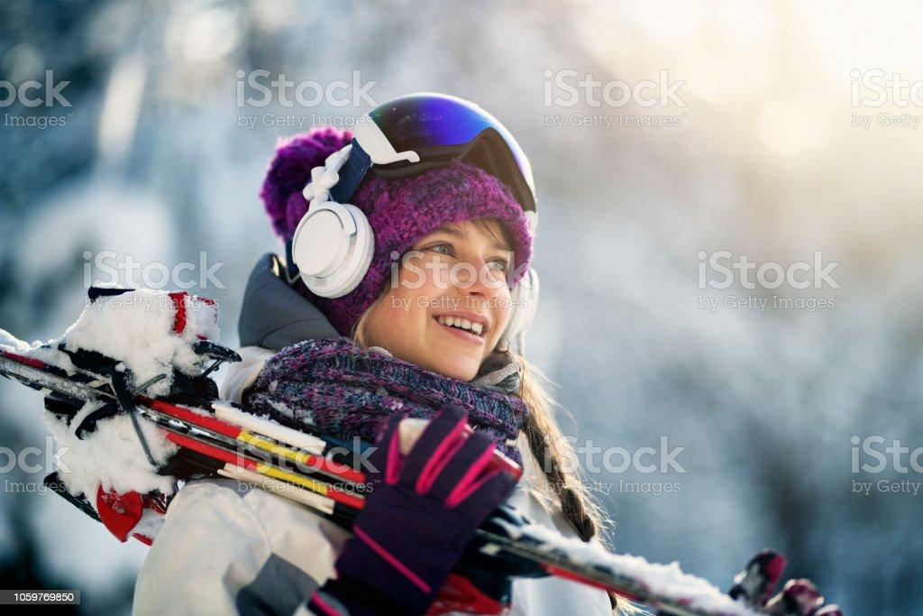 Teenager-Mädchen mit Skiern an einem Wintertag – Foto