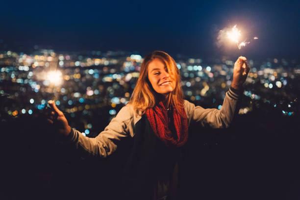 teenager-mädchen feiern weihnachten auf dachterrasse - gute nacht text stock-fotos und bilder