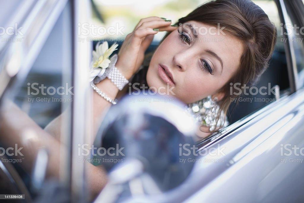 Adolescente verificando maquiagem no carro - foto de acervo