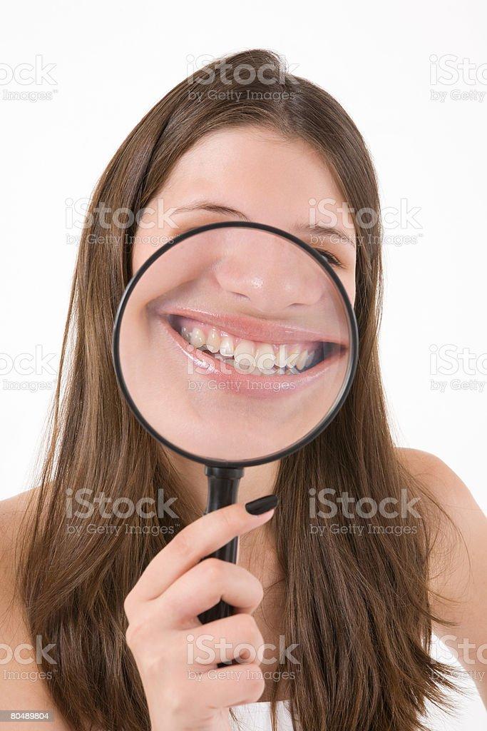 、10 代の少女の拡大鏡のガラスを保持 ロイヤリティフリーストックフォト