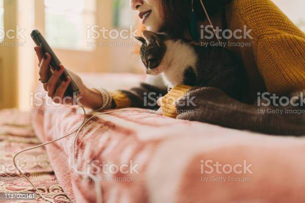 Teenage girl in bed listening to music picture id1137032161?b=1&k=6&m=1137032161&s=612x612&h=vkvdwbso8wlzpbumcprlwmt4aeqmkxivumlrtjnxo6i=