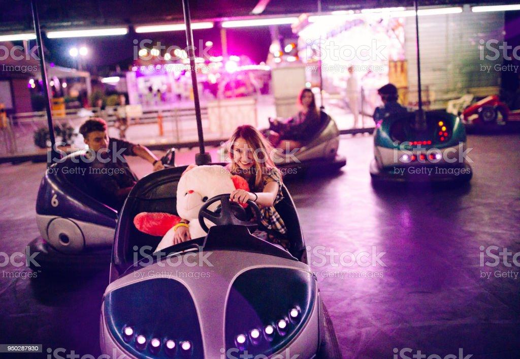 Teenager-Mädchen in Autoscooter mit Teddybär und Freunde – Foto