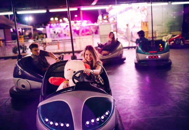 tonårsflicka i radiobilar med nalle och vänner - krockad bil bildbanksfoton och bilder