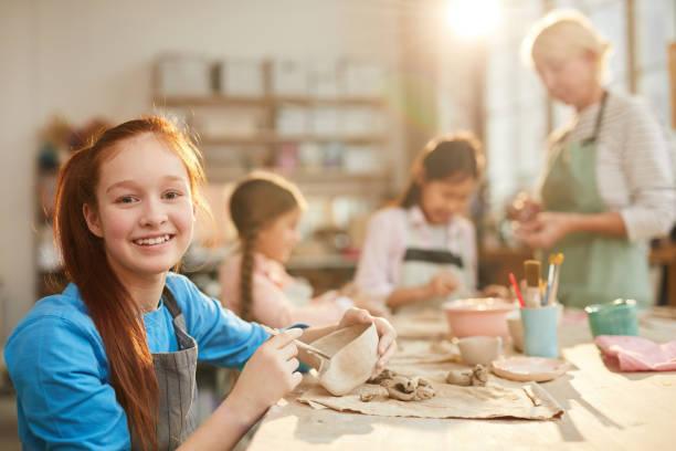 chica adolescente en pottery studio - clase de arte fotografías e imágenes de stock