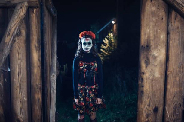 teenager-mädchen in gruseligen halloween-kostüm vor alten scheune - plants of zombies stock-fotos und bilder