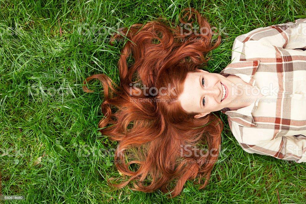Adolescente fille jeter en herbe - Photo