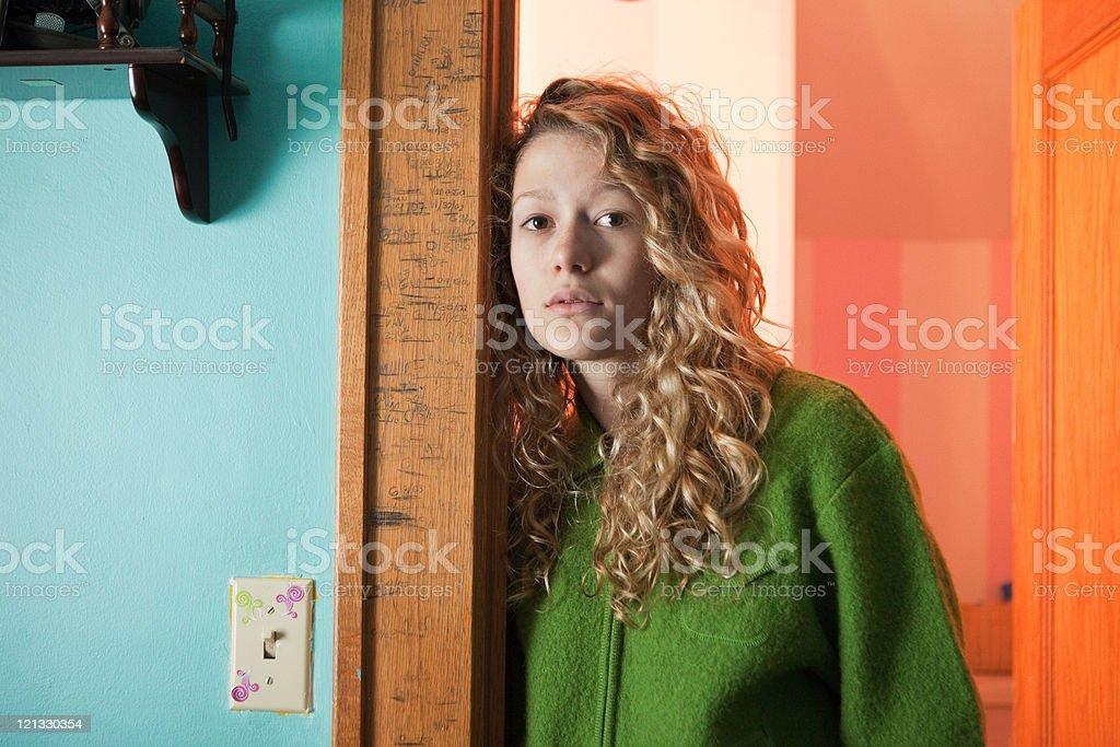 Adolescente inclinada na porta, Retrato - foto de acervo