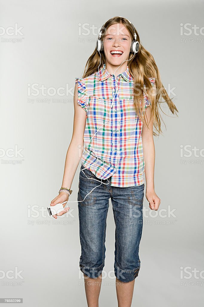 A teenage girl listening to her mp3 player 免版稅 stock photo