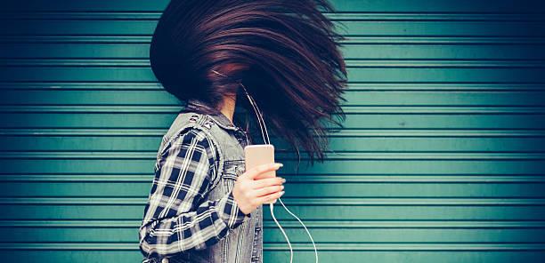 teenager-mädchen hören sie die musik und tanz - haare wachsen stock-fotos und bilder