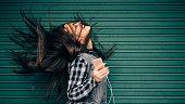 十代の女の子の音楽を聞きながら、頭を振る