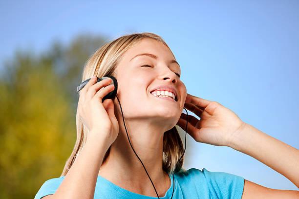 Teenager Mädchen hören Sie die Musik – Foto