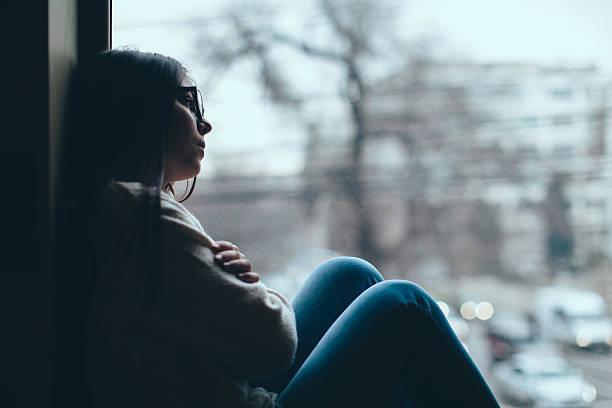 Adolescente à la recherche de la fenêtre - Photo