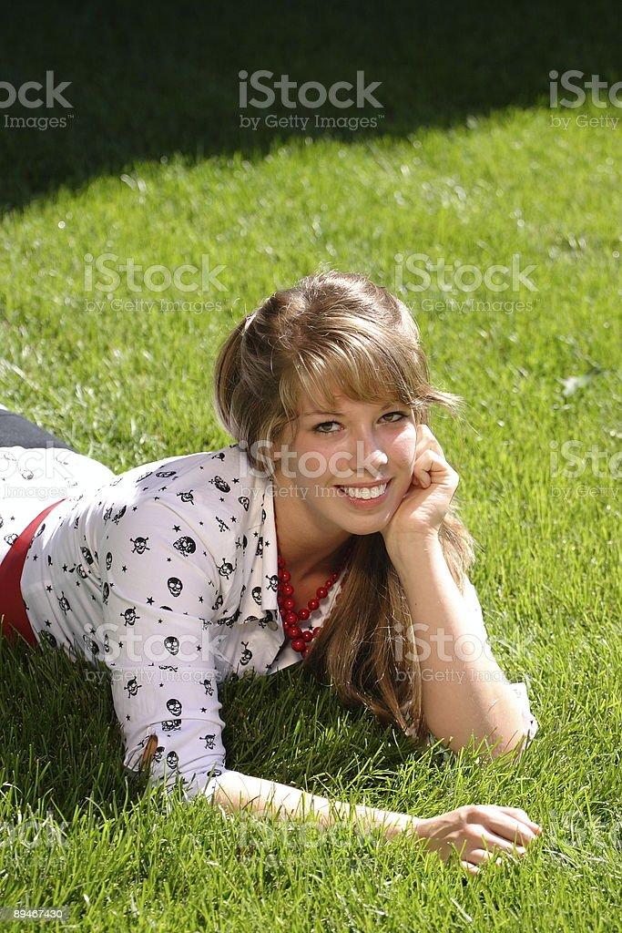 Adolescente, tumbado en la hierba foto de stock libre de derechos