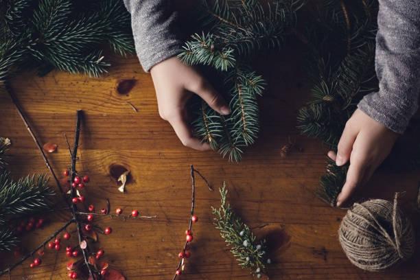 Teenager-Mädchen machen einen Weihnachtskranz – Foto