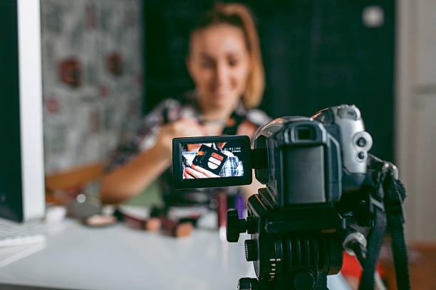 teenager-mädchen, die ihr video blog. - jugendfilm stock-fotos und bilder
