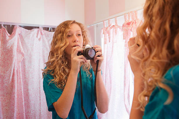 teenager mädchen fotografieren sich selbst - lange duschvorhänge stock-fotos und bilder