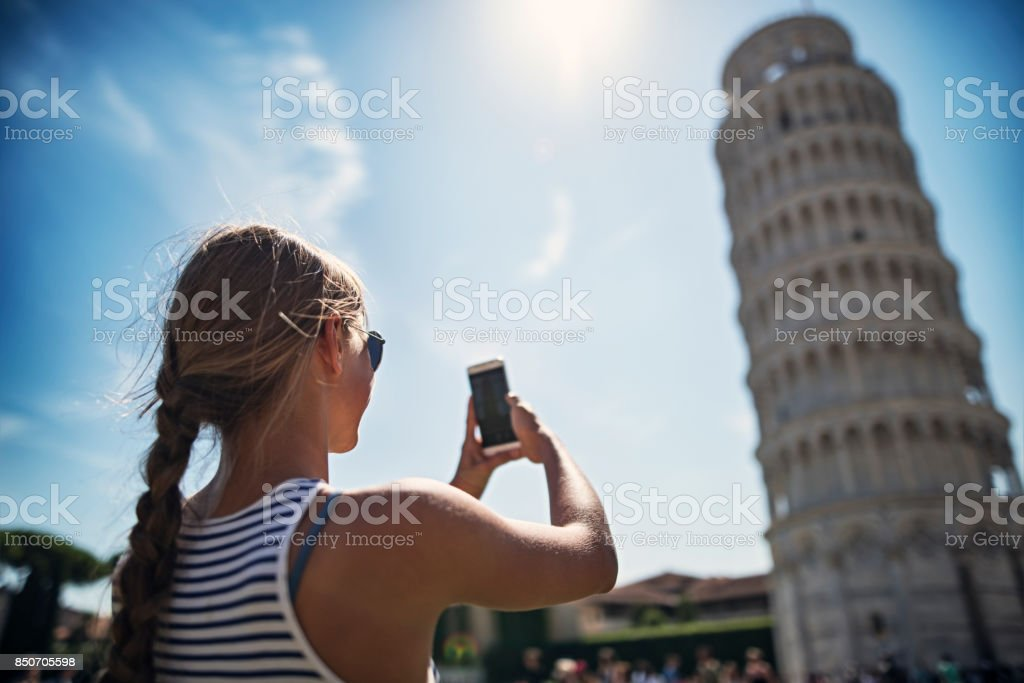 Teenager-Mädchen fotografieren der schiefe Turm von Pisa – Foto
