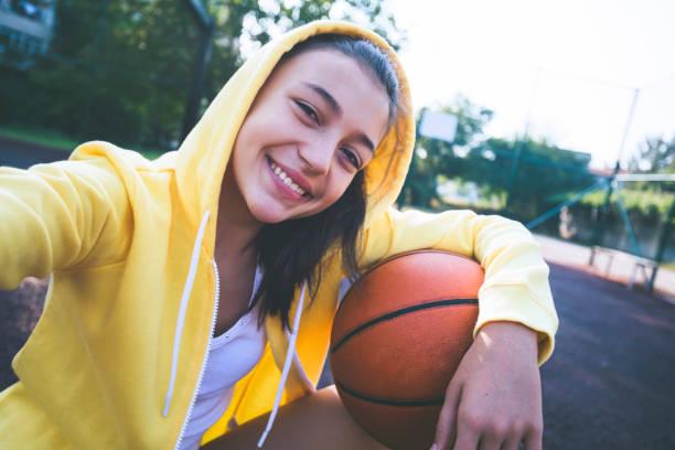tiener meisje oefenen basketbal en het maken van selfie - selfie girl stockfoto's en -beelden