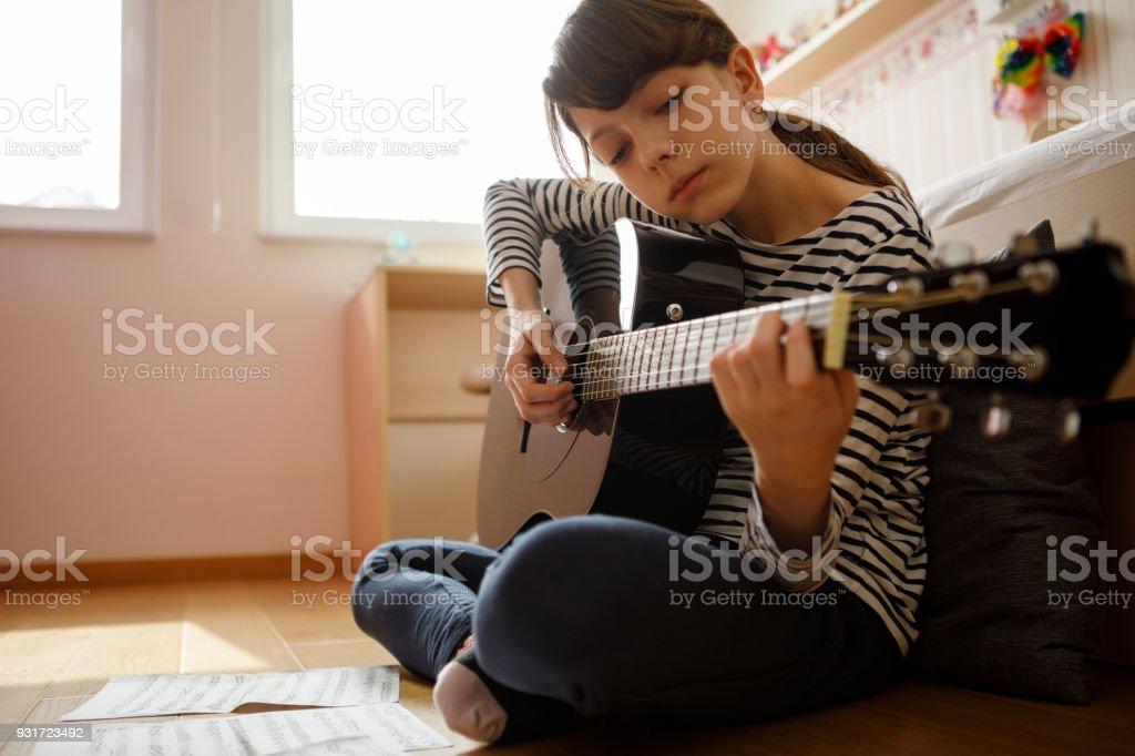 Teenager-Mädchen üben Gitarre – Foto