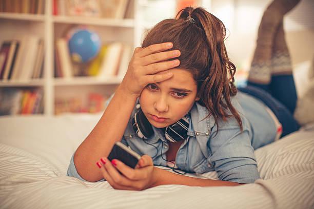 teenager-mädchen in schwierigkeiten. - marvel schlafzimmer stock-fotos und bilder