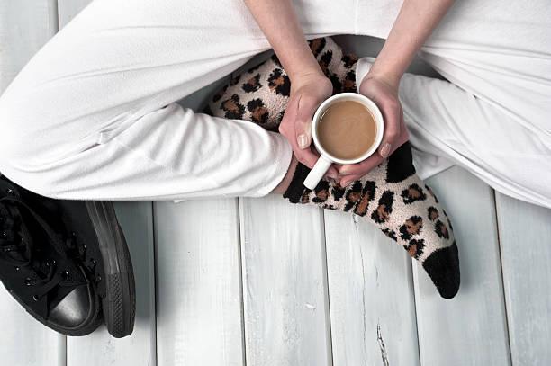 Teenager Mädchen sitzt auf dem Boden und hältst eine Tasse Kaffee – Foto