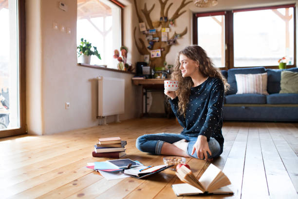 Teenager-Mädchen sitzen auf dem Boden halten Kaffee, Studium – Foto
