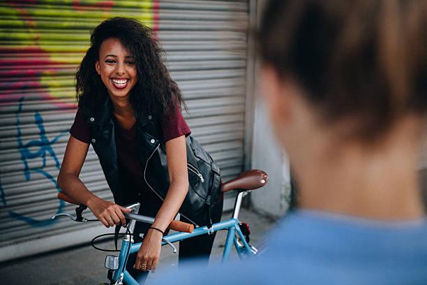 teenager-mädchen lächelnd auf jemand auf einer straße in der stadt - sprüche kinderlachen stock-fotos und bilder