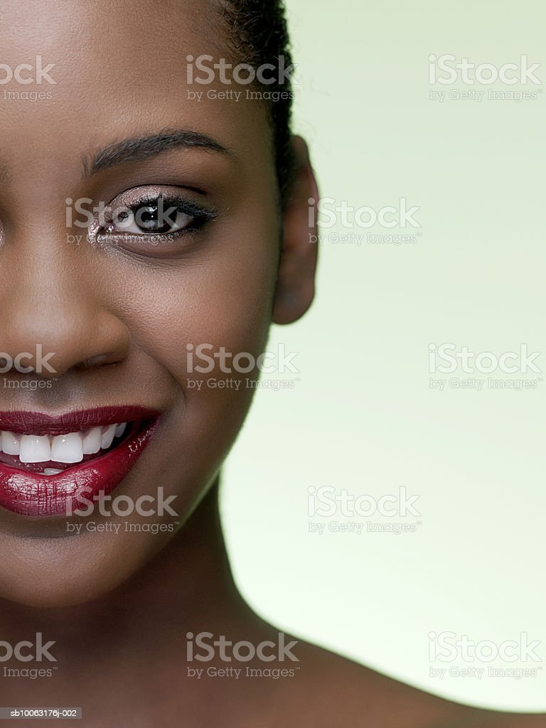 Teenage girl (16-17) smiling, portrait, close-up foto de stock libre de derechos