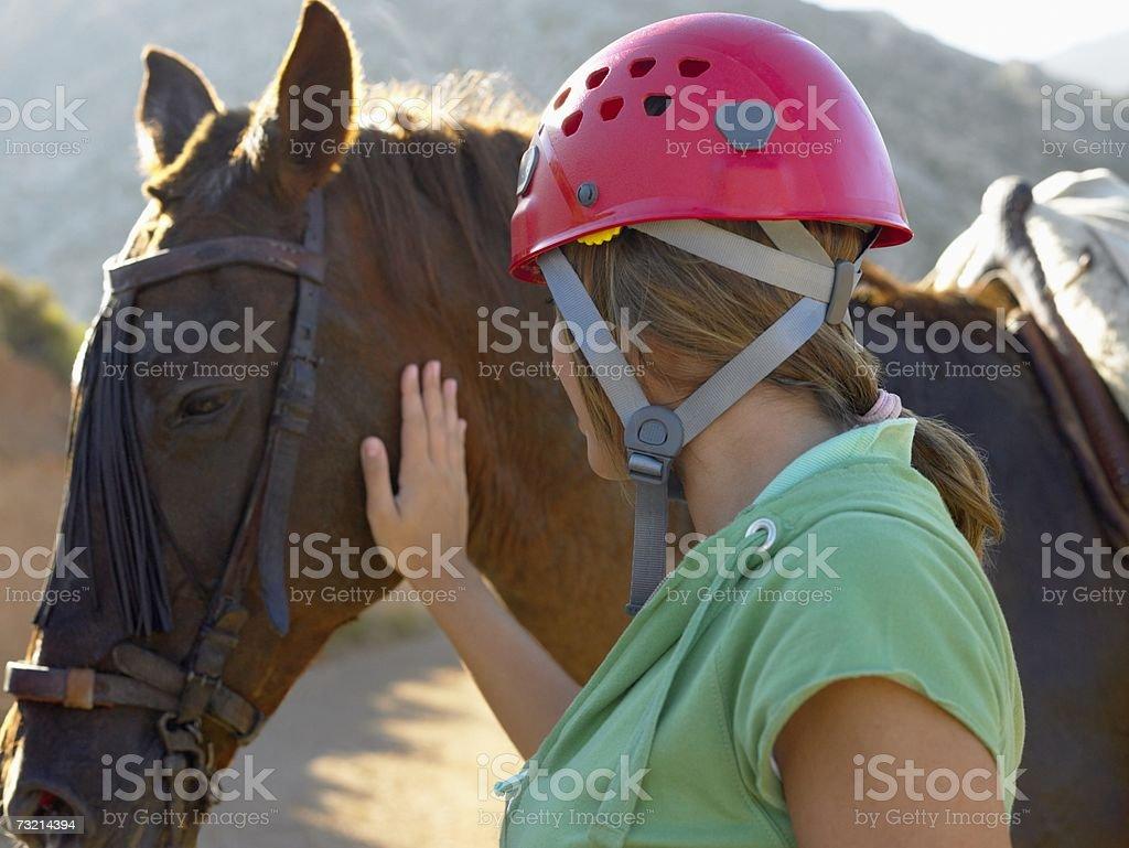 Menina adolescente Acariciar Cavalo foto de stock royalty-free
