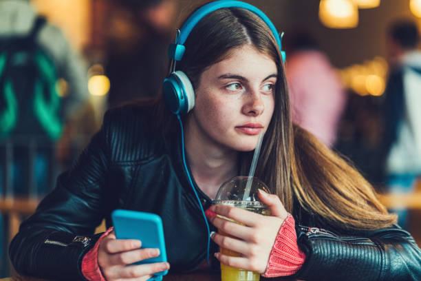 adolescente, étudier les langues étrangères - fille 16 ans photos et images de collection