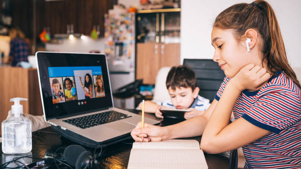 Teenager-Mädchen lernen mit Video-Online-Unterricht zu Hause Familie in Isolation Homeschooling und Fernunterricht – Foto