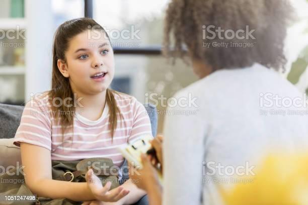 Teenagermädchen Spricht Mit Schulberater Stockfoto und mehr Bilder von Kind