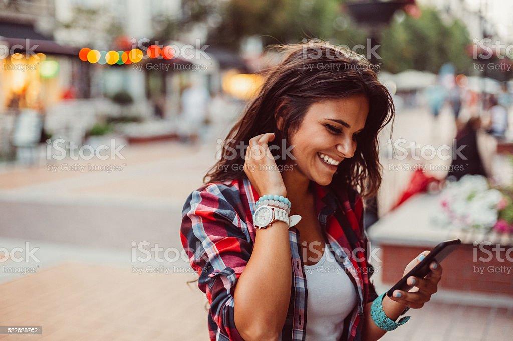 Teenager-Mädchen, das Versenden von SMS auf der Straße – Foto