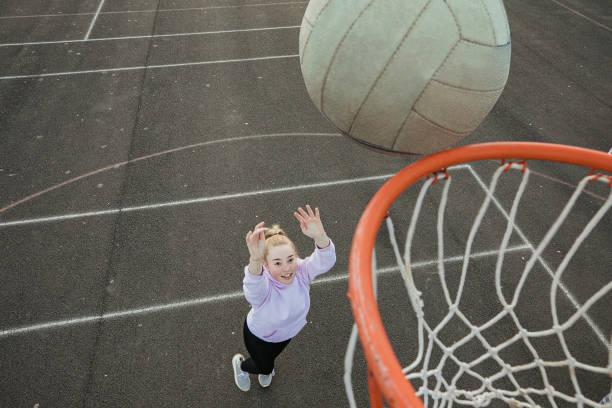 adolescente que joga um netball - girl power provérbio em inglês - fotografias e filmes do acervo