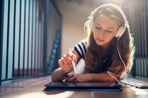 Teenager-Mädchen mit modernen Laptop, Hausaufgaben zu machen – Foto