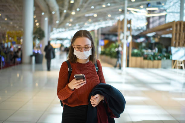 Teenager-Mädchen trägt schützende Gesichtsmaske an einem öffentlichen Ort – Foto