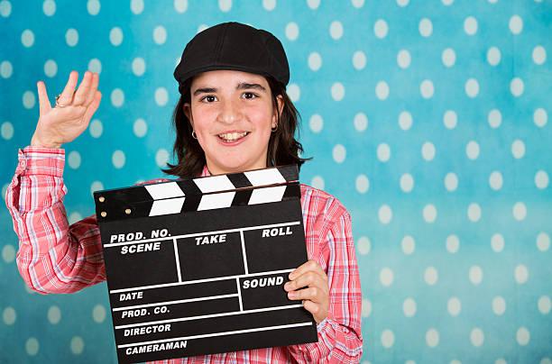 teenager-mädchen mit einem film erste klappe fällt - klappe hut stock-fotos und bilder