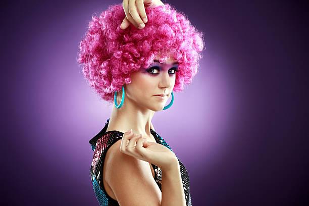 Teenager-Mädchen mit einem rosa afro Perücke – Foto