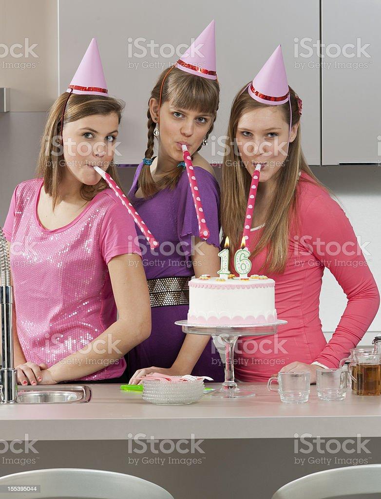 Adolescentes Meninas soprando em grupo apitos - foto de acervo