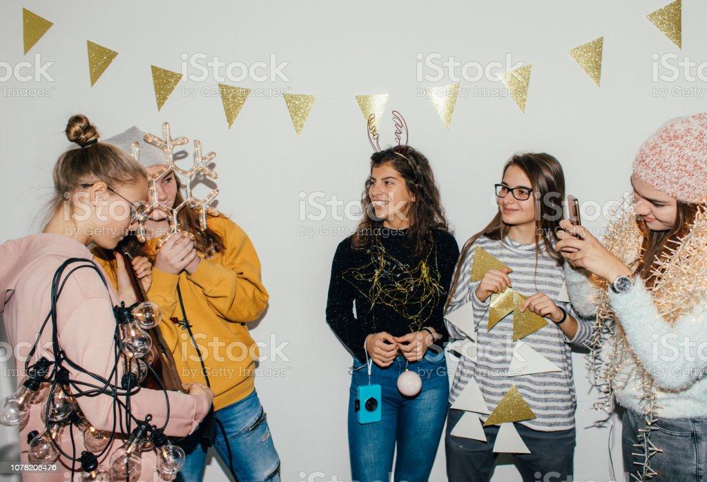 Teenage Girls feiern Silvester – Foto