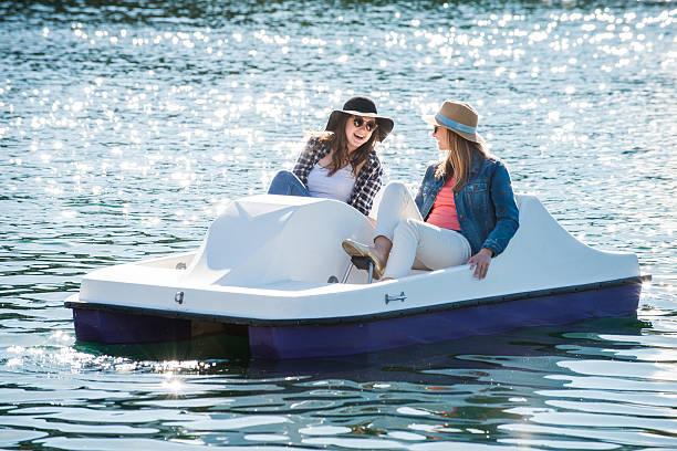 Chicas de un adolescente en un barco de paleta - foto de stock