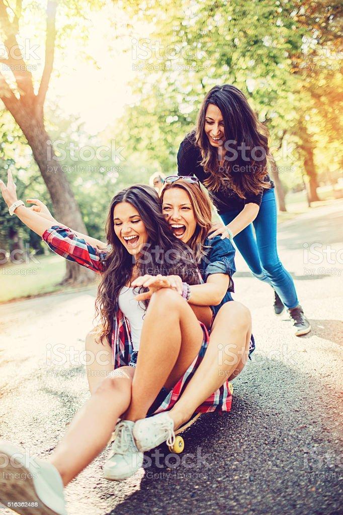 Adolescentes Meninas em cima de um skate - foto de acervo