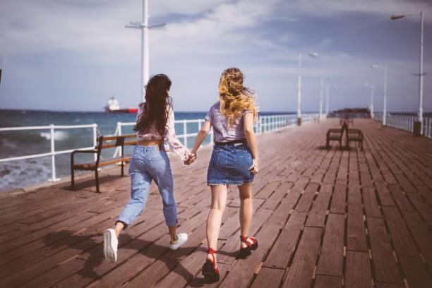 Mädchen im Teenageralter auf Sommerferien läuft auf Steg – Foto