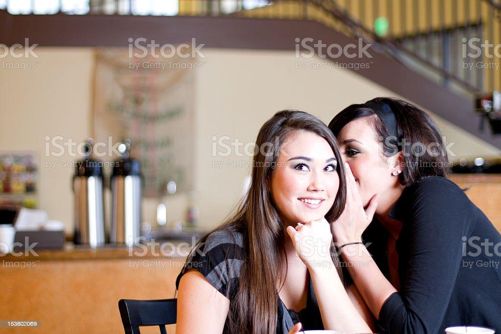 Teenager Mädchen erzählen Geheimnisse Lizenzfreies stock-foto