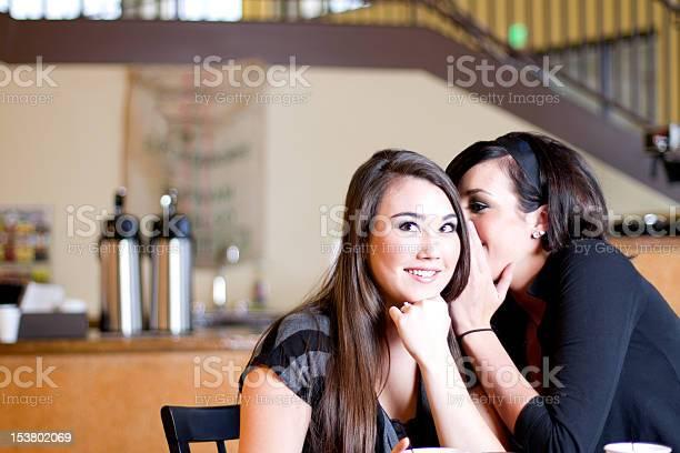 Teenager Mädchen Erzählen Geheimnisse Stockfoto und mehr Bilder von Coffee Shop