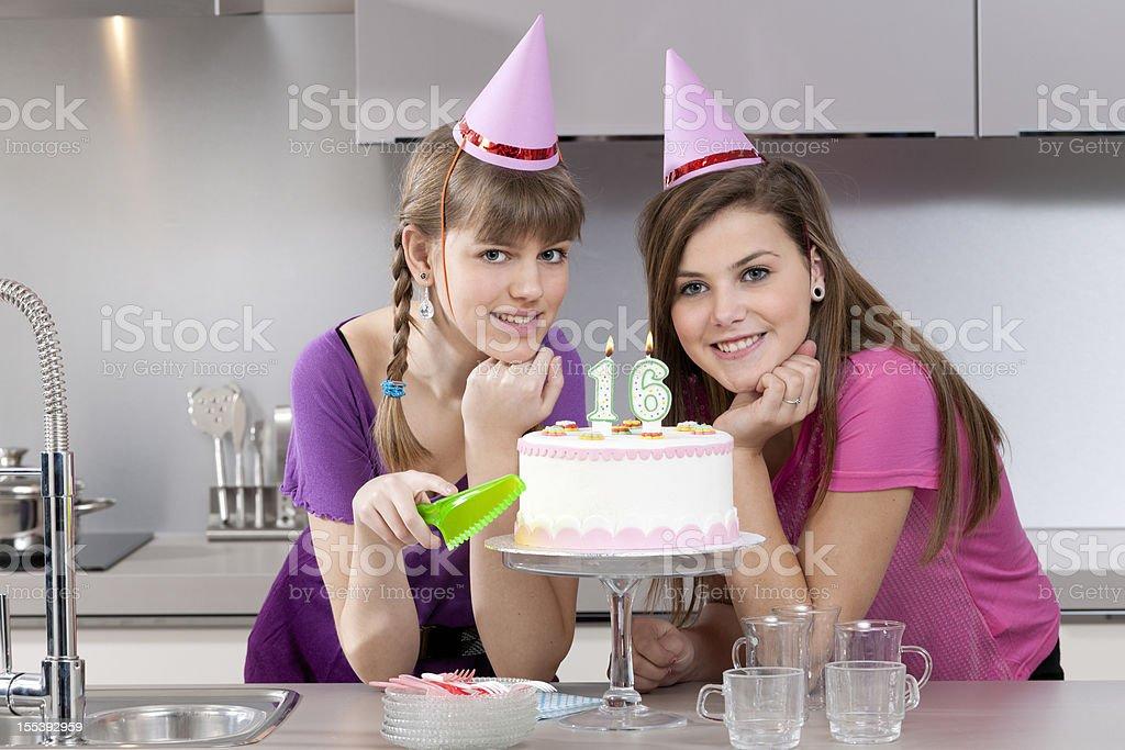 Adolescentes Meninas com bolo de aniversário - foto de acervo
