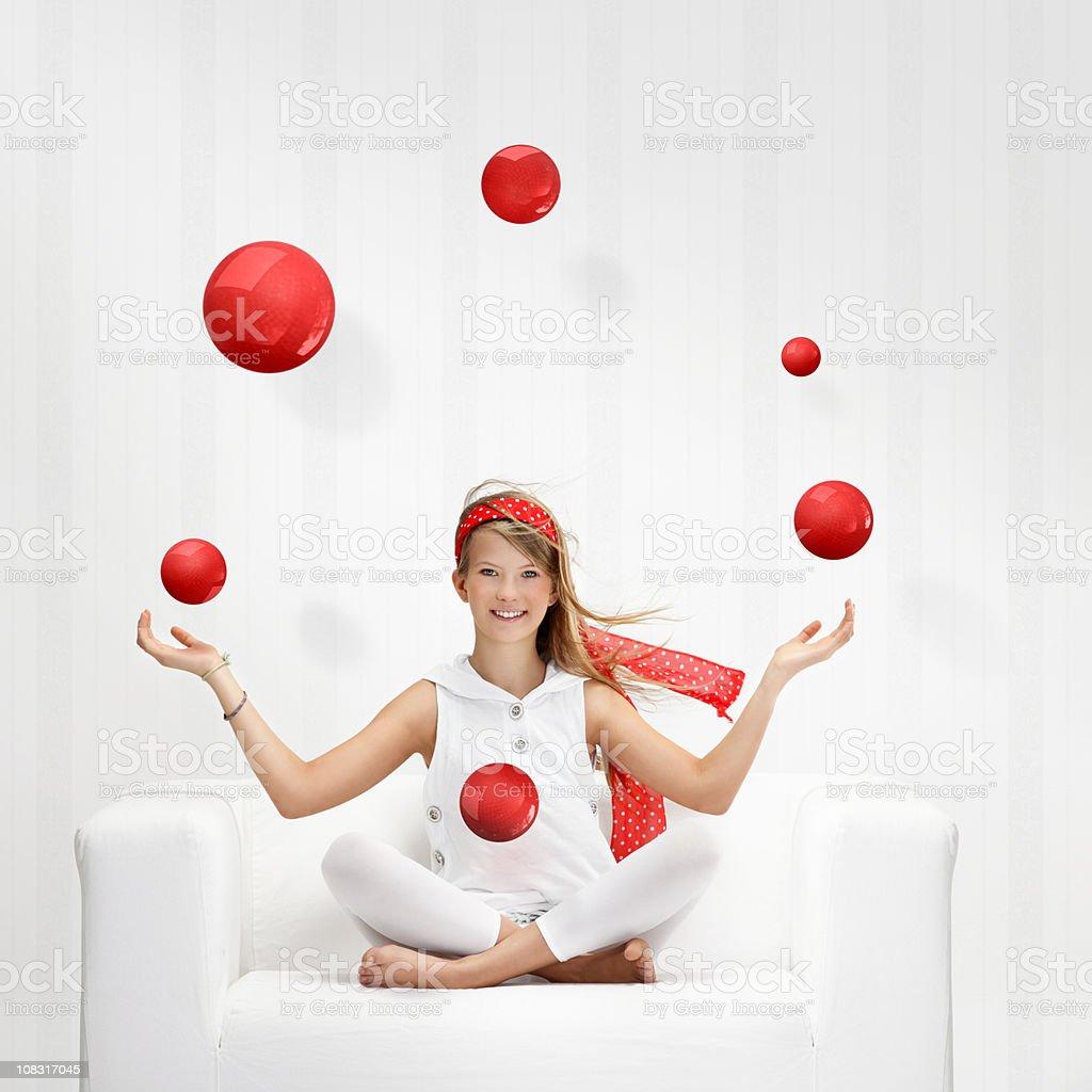 Teenager juggles mit roten Bälle – Foto